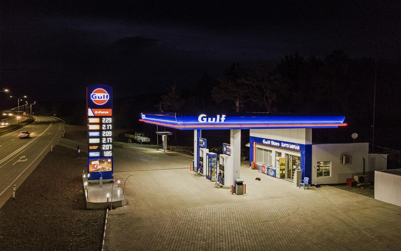 Ночной вид автозаправочной станции Gulf Georgia
